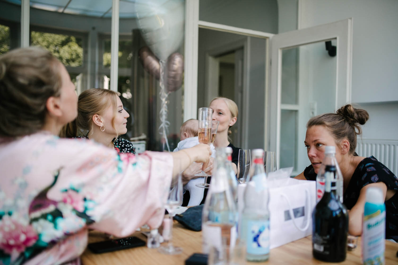 Braut stößt mit Schwestern und Trauzeuginnen an.