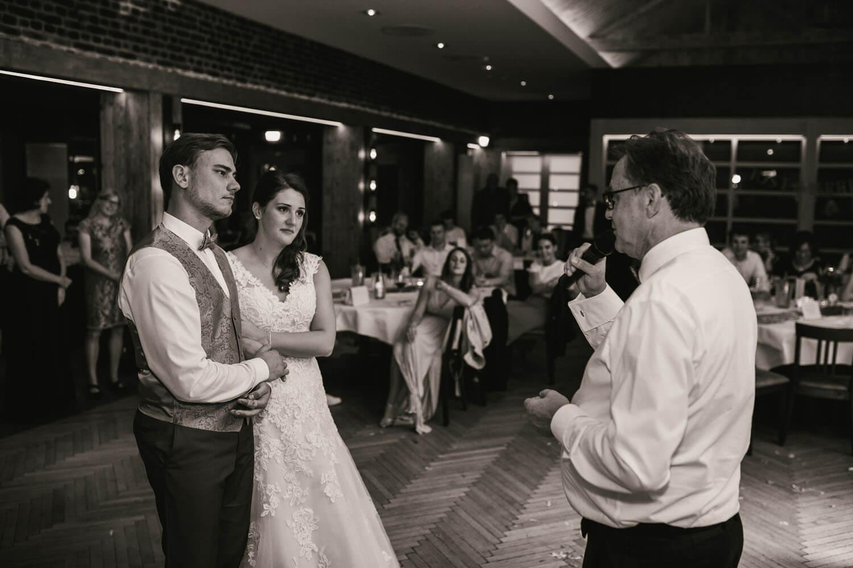 Rede des Brautvaters. Das Brautpaar sieht ergriffen zu. Hochzeitsfotos in Belm.