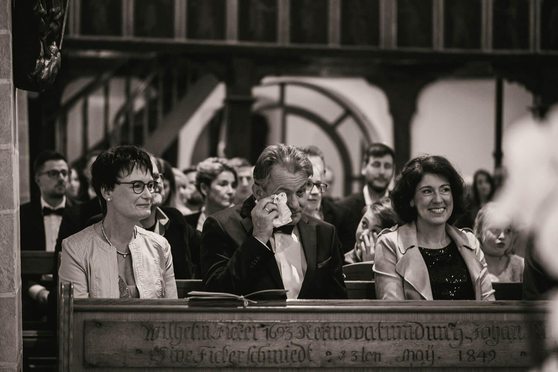 Weinender Vater während der Hochzeitszeremonie in der Kirche. Hochzeitsfotos in Belm.