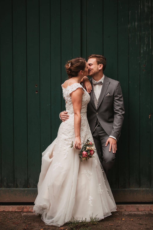 Kuessendes Brautpaar bei Fotoshooting. Hochzeitsfotos in Belm.