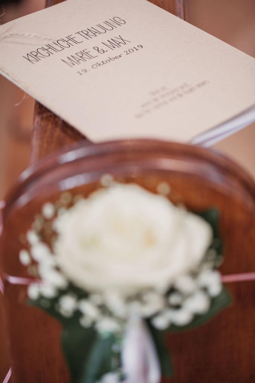 Blumendekor mit Trauheft von Marie und Max. Hochzeitsfotos in Belm.