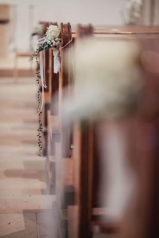 Blumendekor an der Kirchenbank. Hochzeitsfotos in Belm.