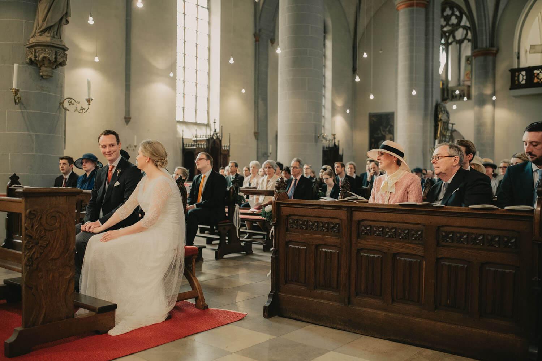 Hochzeitspaar bei der Trauung in der Kirche. Hochzeitsfotograf - Reportage Carl und Louise