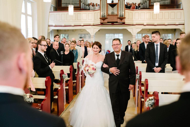Einzug der Braut mit dem Brautvater in die Kirche. Kirchliche Trauung Osnabrück.