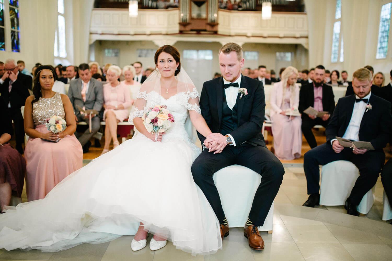 Weinende Braut in der Kirche. Kirchliche Trauung Osnabrück.
