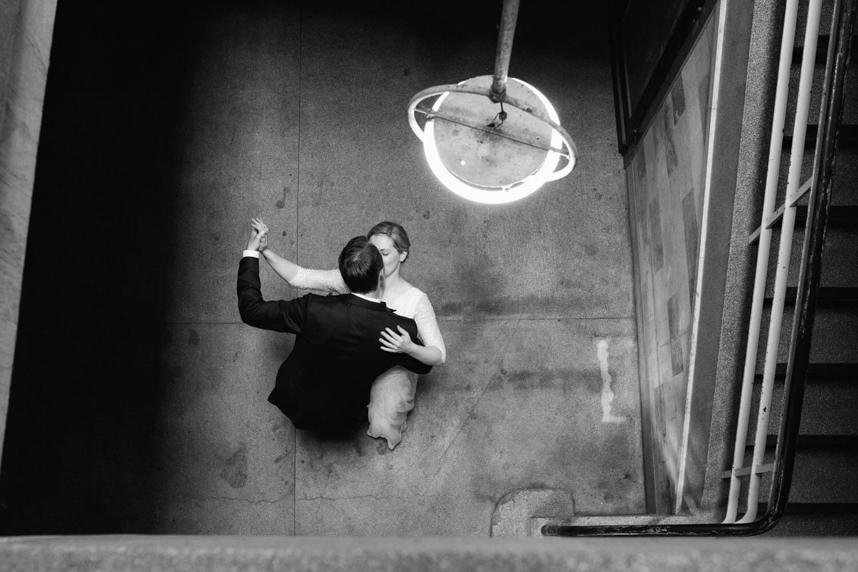Brautpaar tanzt beim Fotoshooting.
