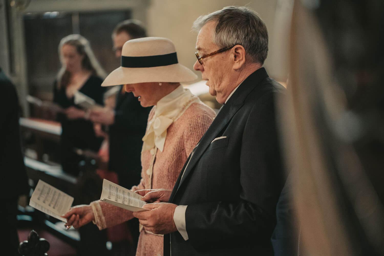 Brauteltern singen in der Kirchen.