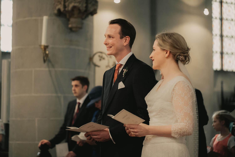 Brautpaar in der Kirche. Hochzeitsfotograf - Reportage Carl und Louise