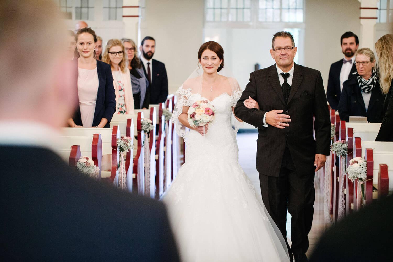 Brautvater führt weinende Braut in die Kirche. Kirchliche Trauung Osnabrück.