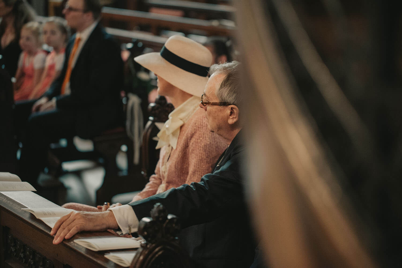 Brauteltern in der Kirche.