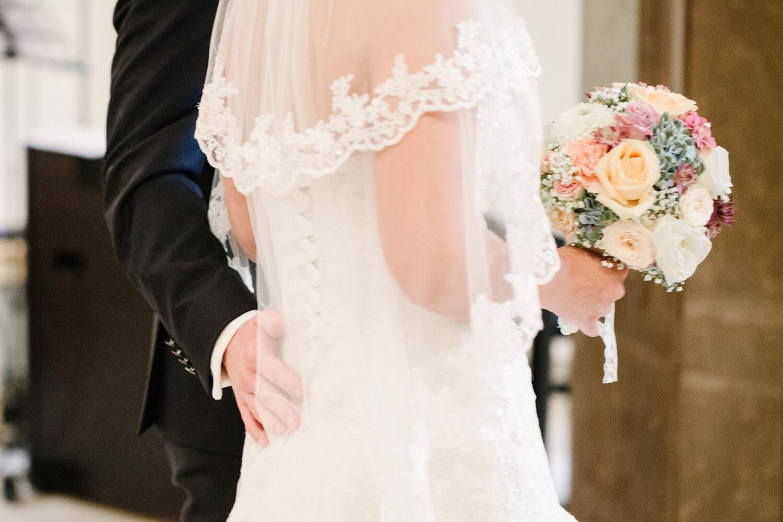 Bräutigam streichelt der Braut in der Kirche den Rücken. Kirchliche Trauung Osnabrück.