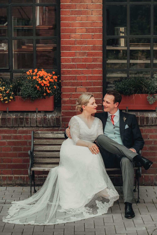 Brautpaar beim Fotoshooting. Hochzeitsfotograf - Reportage Carl und Louise