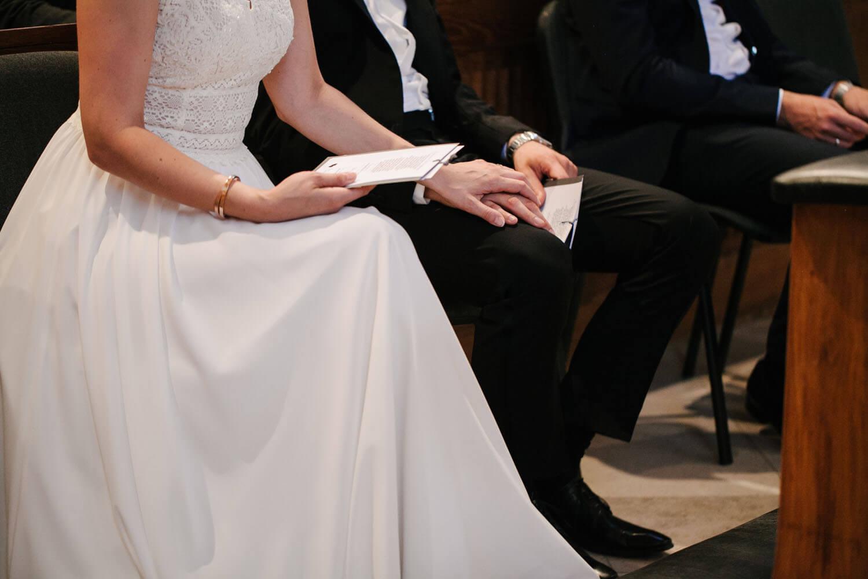 Nahaufnahme am Altar. Braut haelt die Hand des Bräutigams. Hochzeit in Melle
