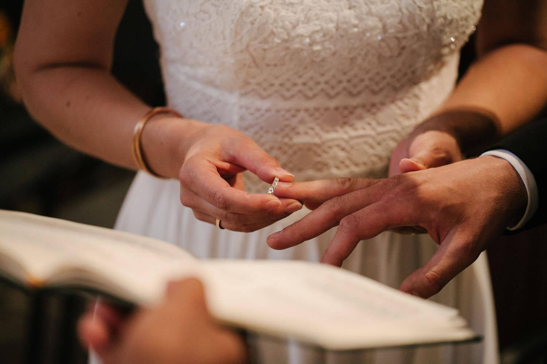 Nahaufnahme von der Ringuebergabe. Hochzeit in Melle