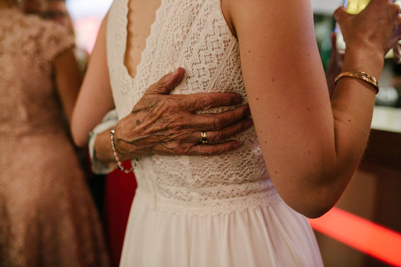 Nahaufnahme der Hand der Grossmutter auf dem Hochzeitskleid. Hochzeit in Melle.