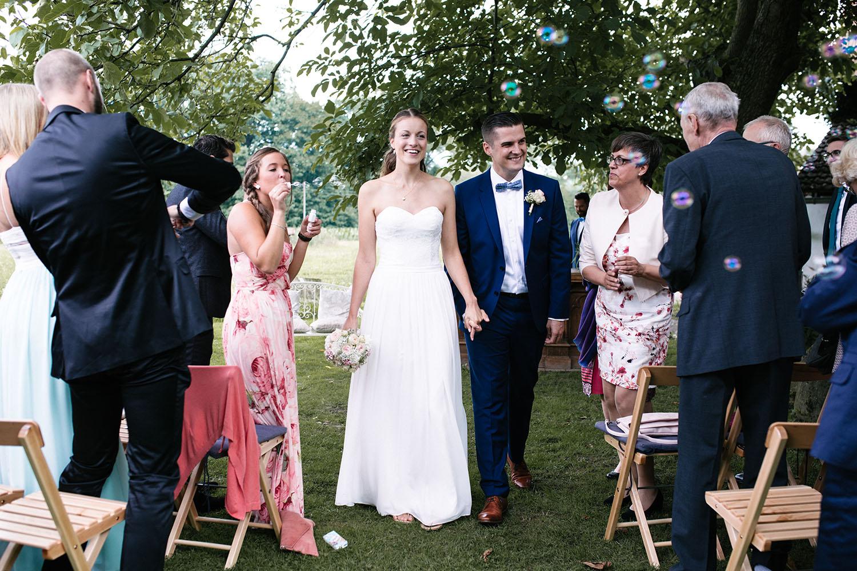 Auszug des Brautpaares nach der freien Trauung. Hochzeitsreportage an der alten Wassermühle
