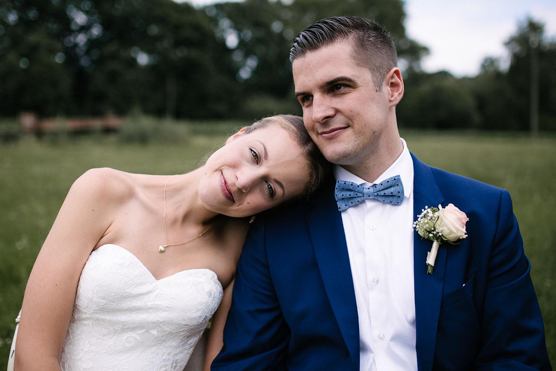 Fotohsooting des Brautpaares. Hochzeitsreportage an der alten Wassermühle
