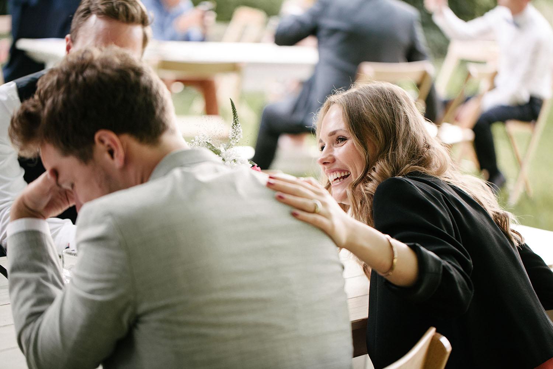 Lachender Gast auf der Hochzeit.