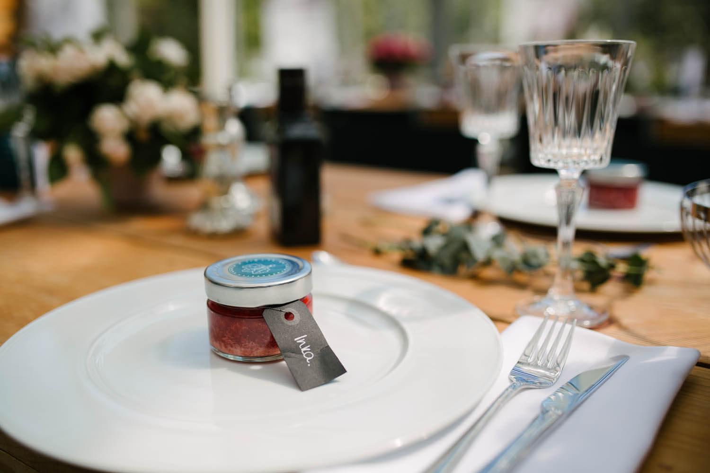 Gastgeschenk auf einem Teller im Essgarten Harpstedt. Freie Trauung im Essgarten Harpstedt.