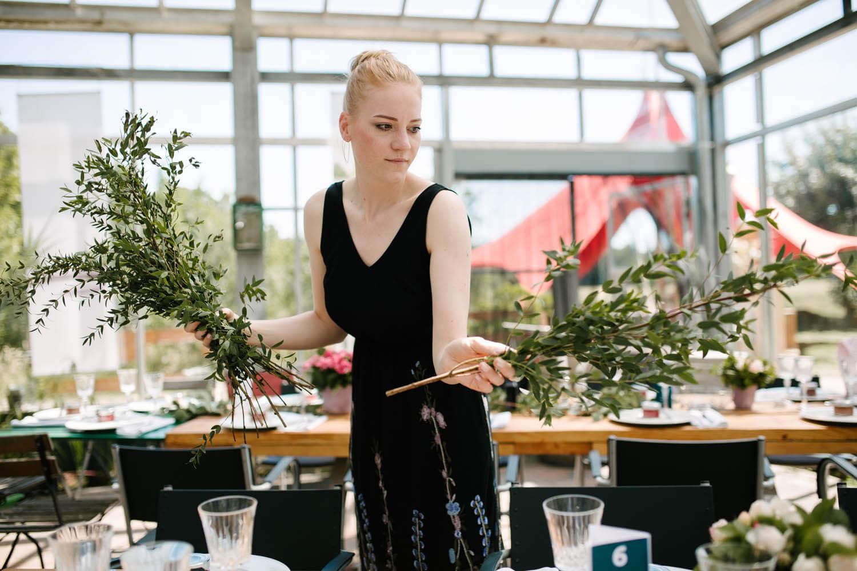 Schwester der Braut schmückt die Tische im Essgarten Harpstedt. Freie Trauung im Essgarten Harpstedt.