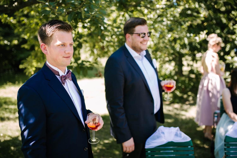 Braeutigam wartet mit seinem Trauzeugen auf die Braut. Freie Trauung im Essgarten Harpstedt.