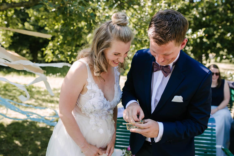 Brautpaar tauscht die Hochzeitsringe aus. Freie Trauung im Essgarten Harpstedt.