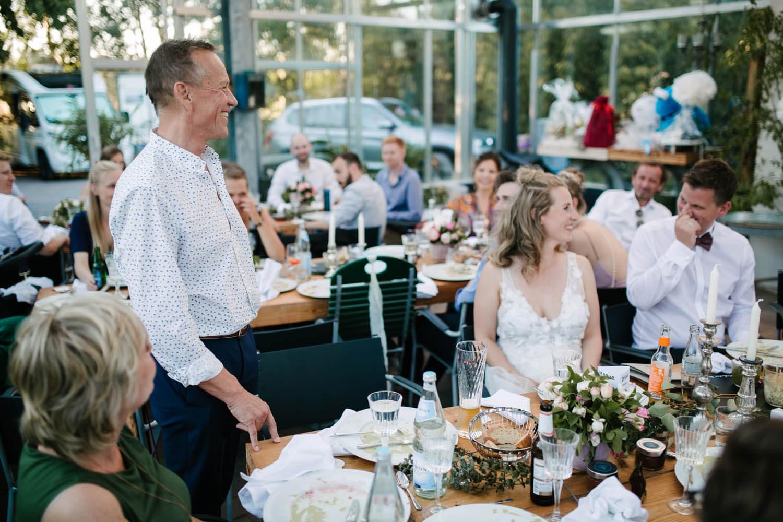 Vater der Braut haelt die Hochzeitsrede. Freie Trauung im Essgarten Harpstedt.