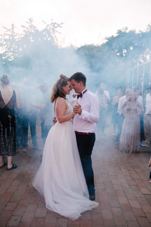 Eroeffnungstanz des Brautpaares. Im Hintergrund Nebel. Freie Trauung im Essgarten Harpstedt.