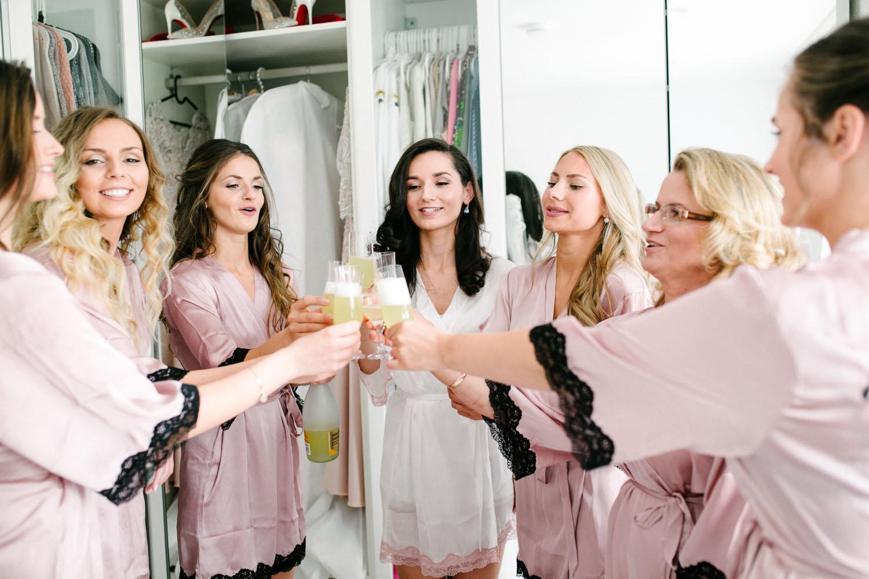 Braut prostet mit ihren Brautjungfern an. Hochzeit im Dom Osnabrück.