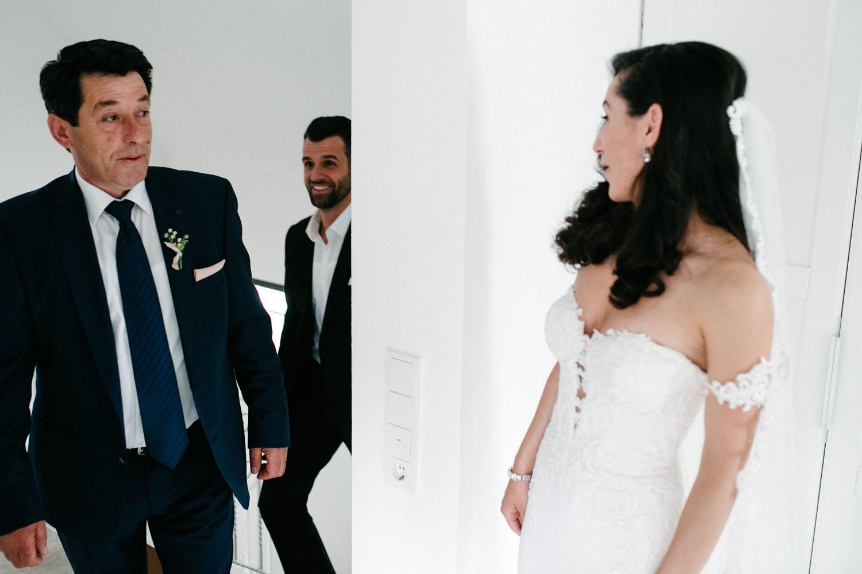Vater sieht seine Tochter zum ersten Mal im Brautkleid. Hochzeit im Dom Osnabrück.
