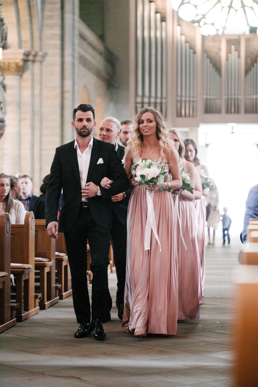 Einzug der Brautjungfern in den Dom. Hochzeit im Dom Osnabrück.