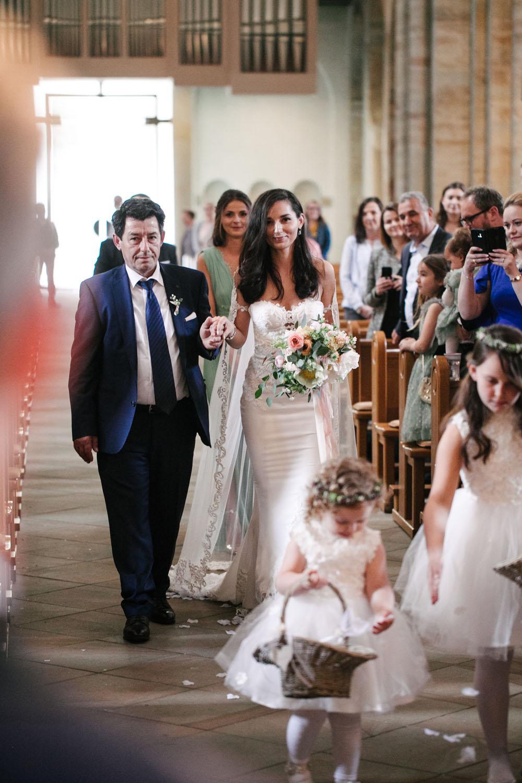 Einzug der Braut in den Dom in Osnabrueck. Hochzeit im Dom Osnabrück.