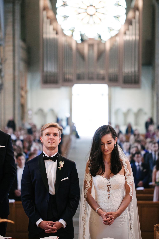 Brautpaar steht am Altar des osnabruecker Doms. Hochzeit im Dom Osnabrück.