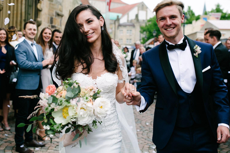 Auszug des Brautpaares aus der Kirche. Hochzeit im Dom Osnabrück.