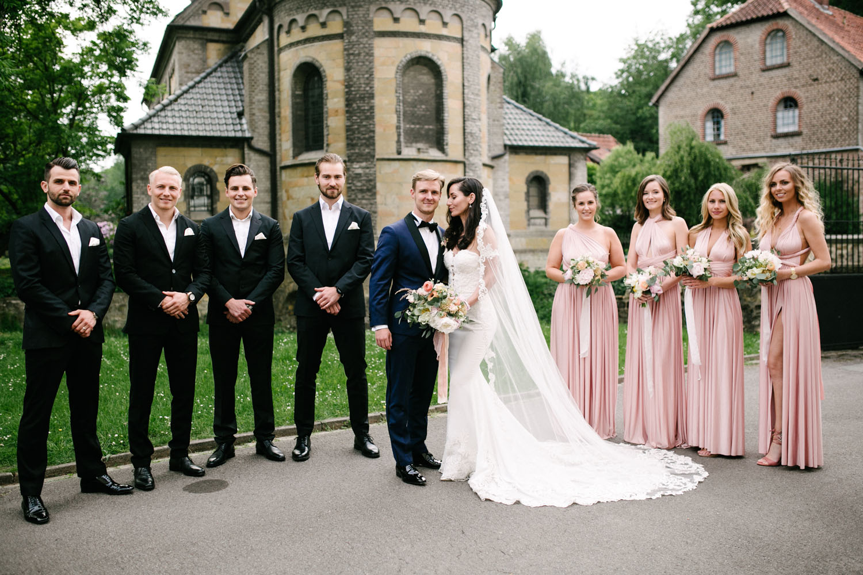 Brautpaar mit Trauzeugen und Brautjungfern beim Fotoshooting. Hochzeit im Dom Osnabrück.