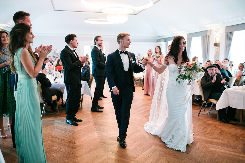 Einzug des Brautpaares in die Hochzeitslocation.