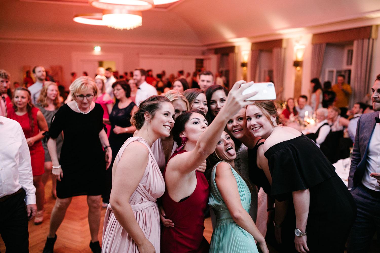 Selfie von Freundinnen und der Braut.