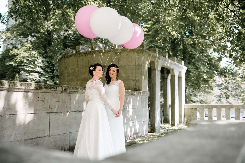 Fotoshooting des Hochzeitspaares. Braeute halten grosse Luftballons in weiss und pink. Hochzeit Stadtwaage
