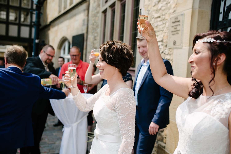 Hochzeitspaar prostet vor der Stadtwaage ihren Gaesten zu. Hochzeit Stadtwaage