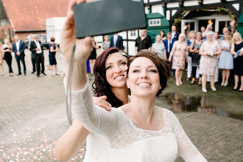 Selfie des Hochzeitspaares mit den Gaesten. Hochzeit Stadtwaage