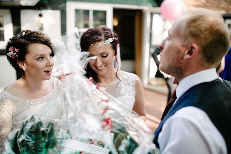 Erstaunte Braut bei der Geschenkuebergabe der Trauzeugen. Hochzeit Stadtwaage