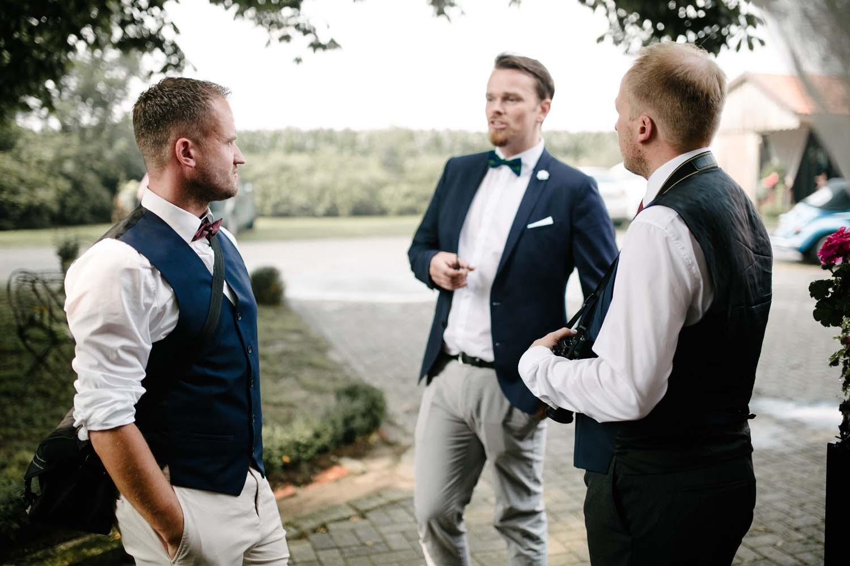 Gaeste unterhalten sich. Hochzeit Stadtwaage