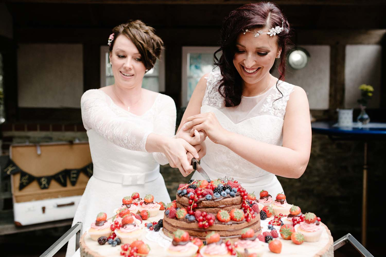 Hochzeitspaar schneidet die Hochzeitstorte an. Hochzeit Stadtwaage