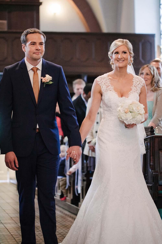 Brautpaar zieht gemeinsam in die Kirche in.