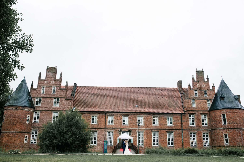 Brautpaar vor dem Schloss. Hochzeit im Schloss Herten.
