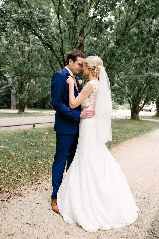 Shooting des Brautpaares im Garten des Schlosses. Hochzeit im Schloss Herten.