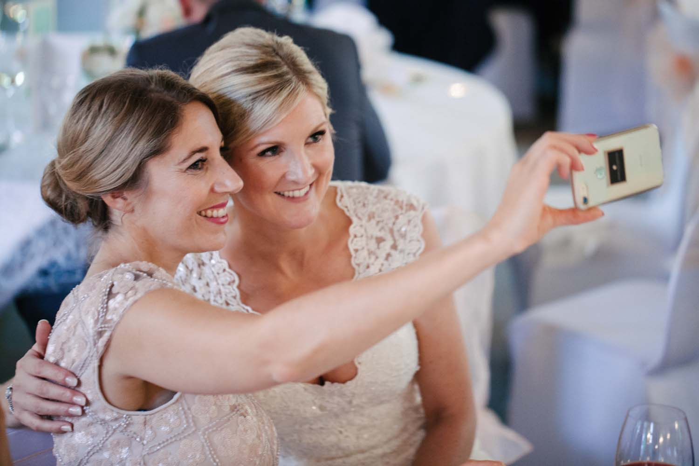 Selfie von der Braut mit einer Freundin. Hochzeit im Schloss Herten.