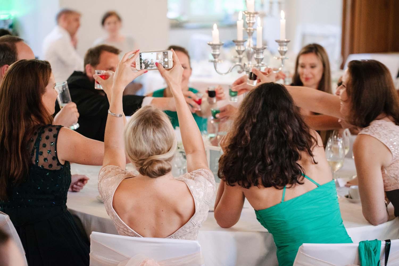 Gruppenfoto von anstossenden Gaesten. Hochzeit im Schloss Herten.