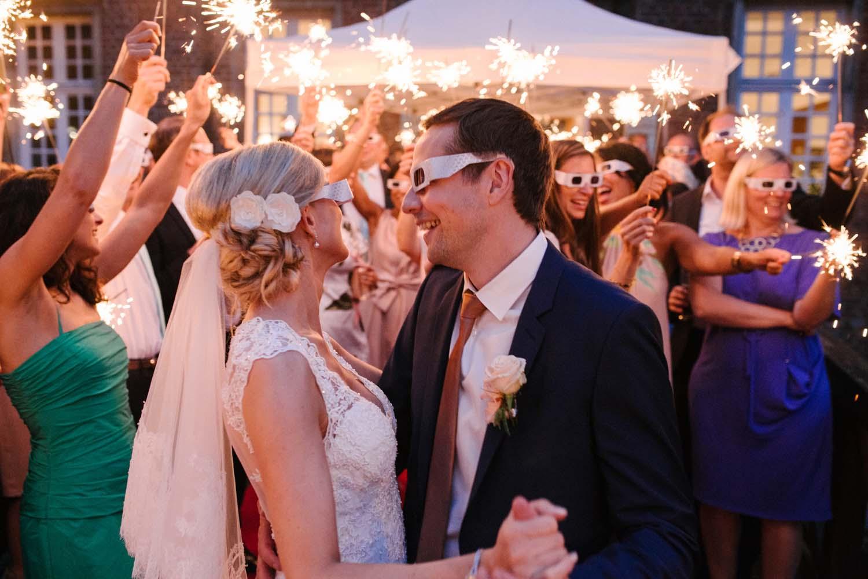 Brautpaar beim Hochzeitstanz mit Wunderkerzen. Hochzeit im Schloss Herten.