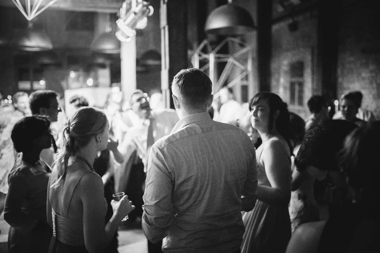 Gäste auf der Hochzeitsfeier.